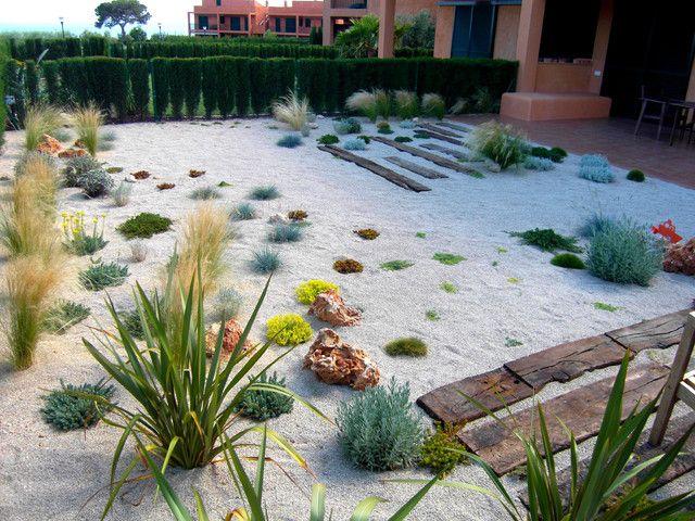 Рокарий с средиземноморскими растениями