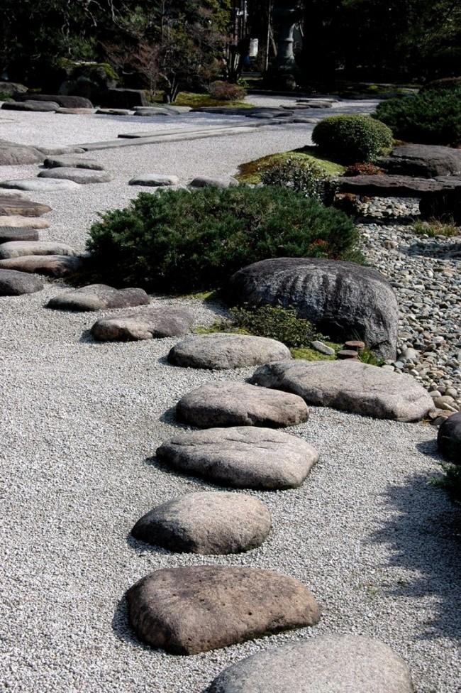 Несмотря на минимальное количество растений в японском рокарии необходимо постоянное поддержание порядка