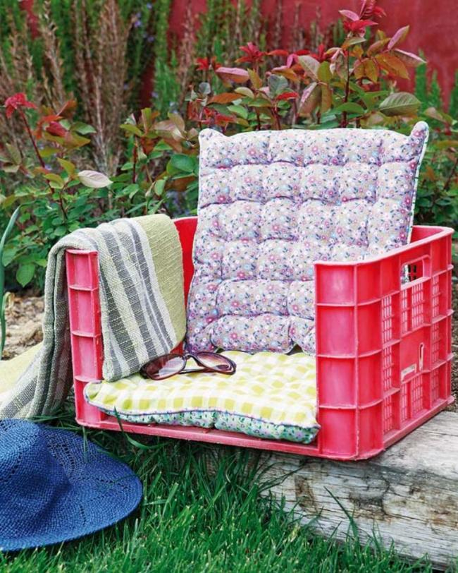 Удобное кресло из пластмассовой тары
