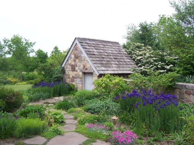 Сарай для дачи из камня - красивая и долговечная постройка