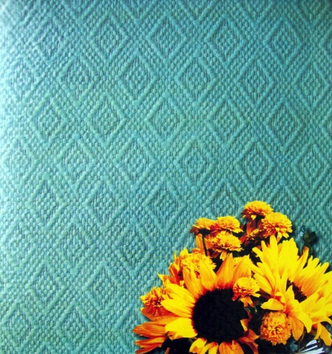 Стены, оклеенные такими обоями, кажутся обтянутыми дорогой тканью