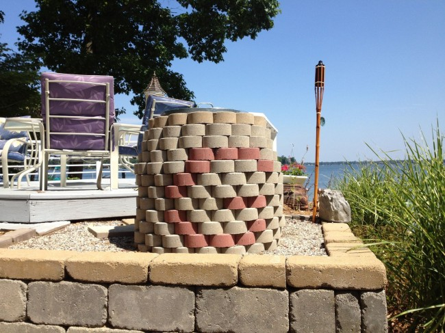 Глиняная полость обложена плиткой для повышения общей теплоемкости конструкции