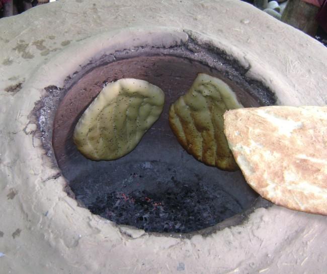 Приготовление лепешек в классическом тандыре