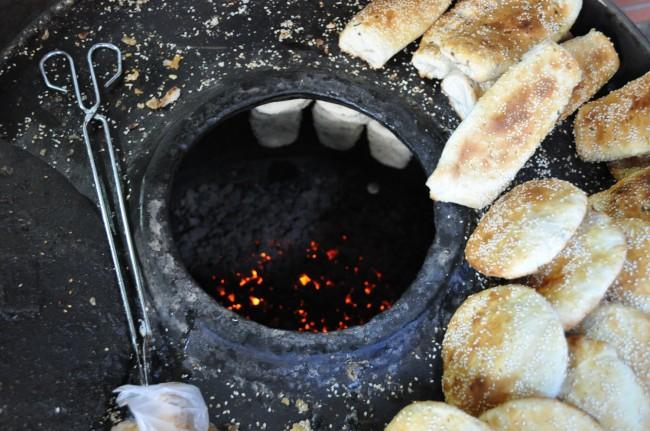 Процесс приготовления лепешек в тандыре