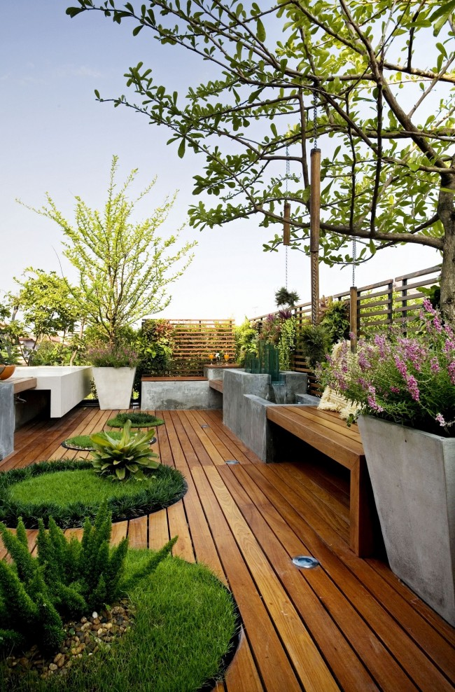 Интересный дворик из натуральной древесины