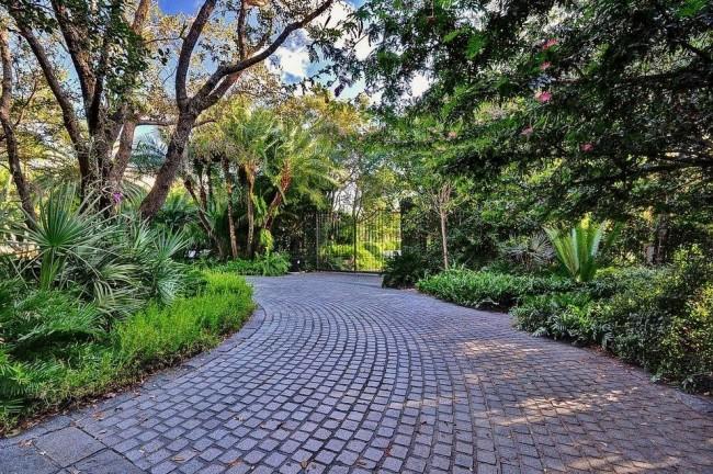 Дорога в саду, вымощенная гранитной брусчаткой