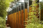 Фото 1 Заборы из металлического штакетника (44 фото): дачная классика в современной интерпретации