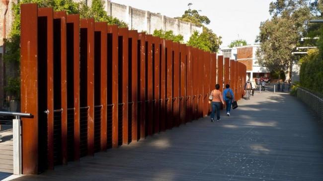 Забор из штакетника на промышленной территории