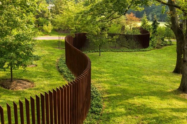 Забор, выполненный из металлического штакетника, является достаточно новым продуктом на рынке отечественного строительства