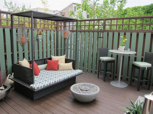 Забор из металлического штакетника в дизайне внутреннего дворика