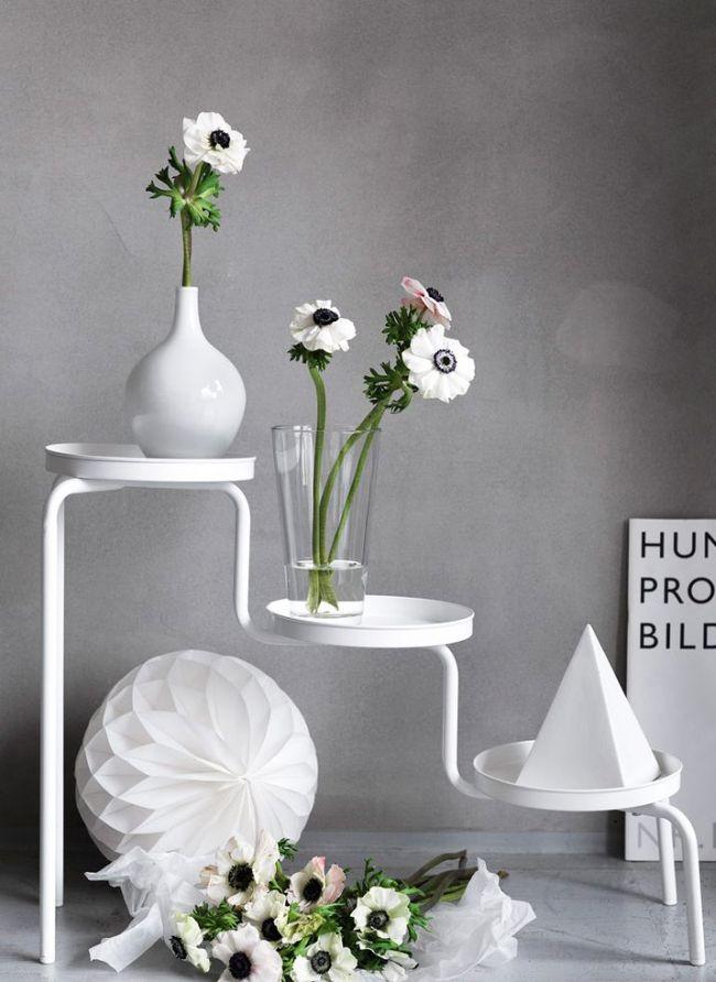 Для авангардных и минималистичных интерьеров: черно-белые анемоны на стильной белой кованой подставке в белых и стеклянных вазах