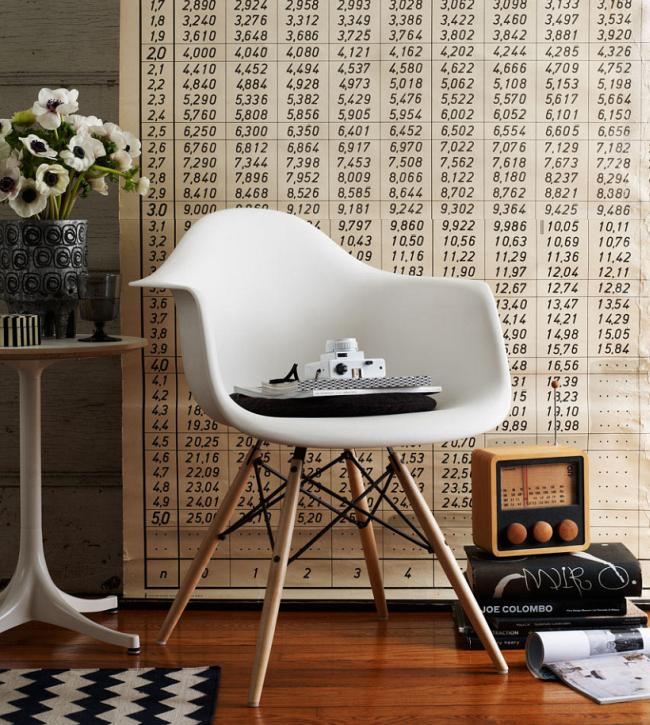 Черно-белый цветок анемона и легендарное кресло Имза (Eames plastic chair) - яркие, привлекающие внимание, штрихи в ретро-футуристичном интерьере