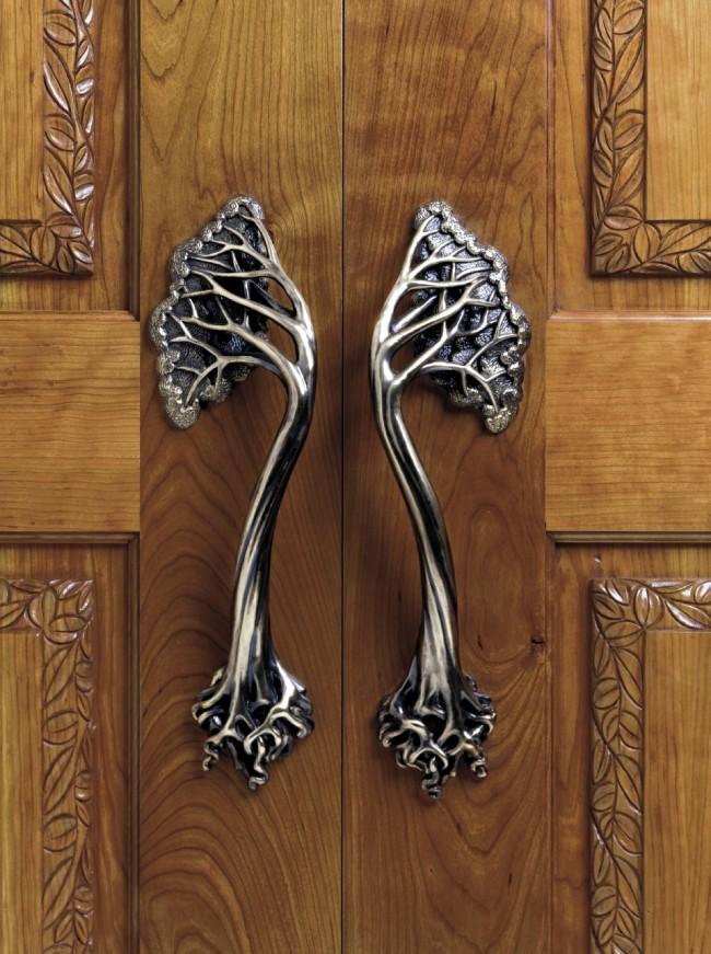 Дверные ручки для межкомнатных дверей. Накладная модель дверной ручки. Часто бывают спаренные - для двойных распахивающихся дверей, в установке очень просты