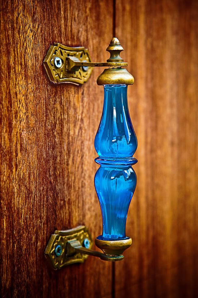 Дверные ручки для межкомнатных дверей. Яркая дверная ручка из комбинированных материалов: металл и цветное стекло