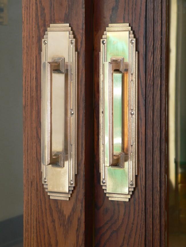 Дверные ручки для межкомнатных дверей. Строгий геометричный дизайн пары ручек большого размера красиво подчеркнет выбранные вами распашные двери для широкого дверного проема