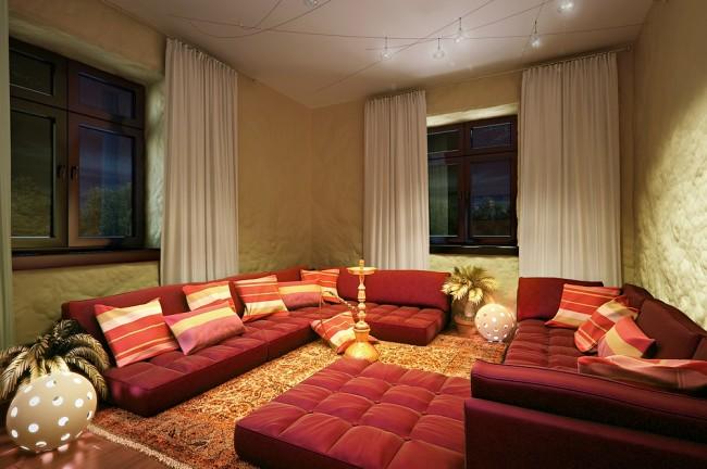 Интерьер кальянной принято выдерживать в восточном стиле. Как правило, все сидячие места заменяют на подушки, но можно заменить их низкими диванами