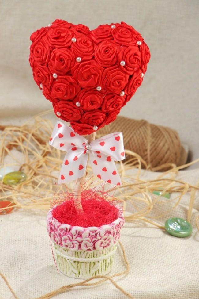 Как создать домашний топиарий. Топиарий, сделанный с использованием непременной атрибутики дня святого Валентина: красный цвет, сердечки и бантики