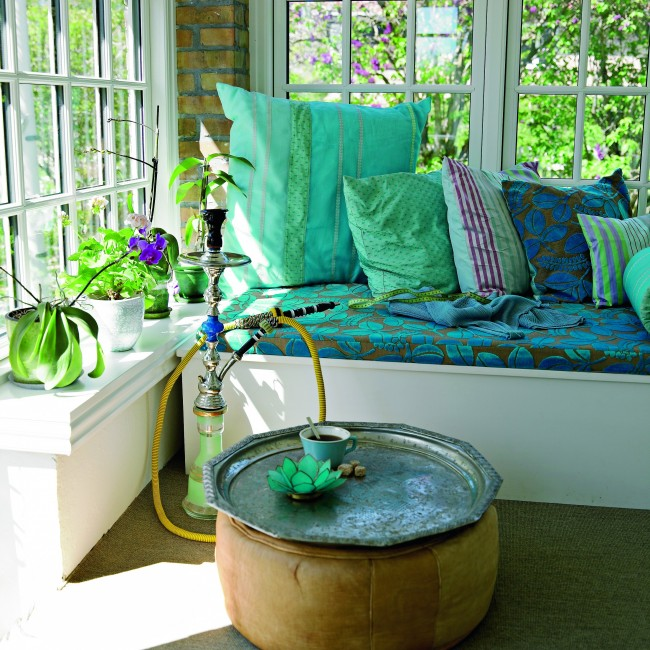 Уютная кальянная в бирюзовых тонах, устроенная на балконе, внесет разнообразие в домашний отдых