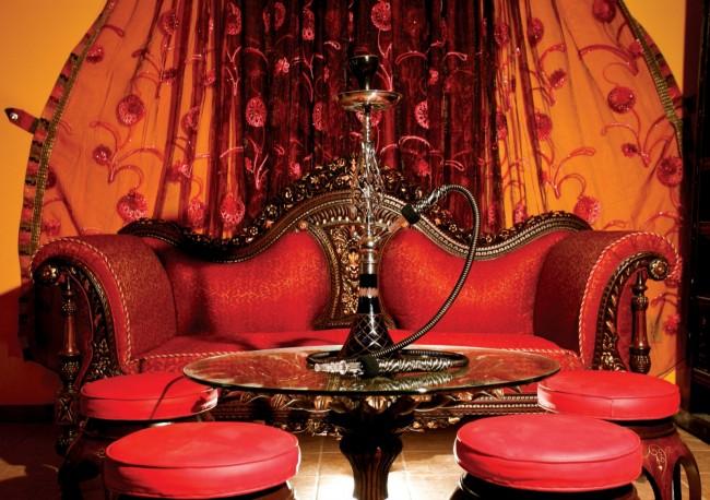 Восточные интерьеры, как правило, выдержаны в теплой пастельной цветовой гамме, с применение красного в виде акцентов