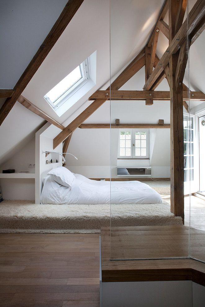 Мансардный этаж. Деревянные балки с открытым крепежом выполняют, кроме основной функции, еще и декоративную