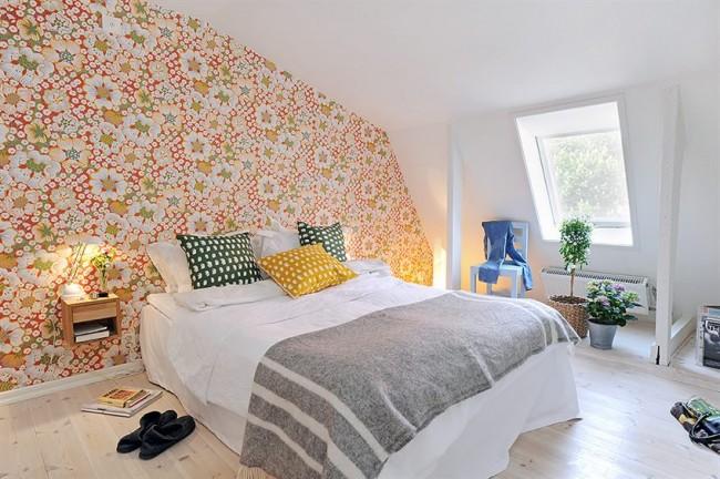 Мансардный этаж. В простой спальне в скандинавском стиле возможно сделать акцентной целую стену с помощью растительного или геометричного узора