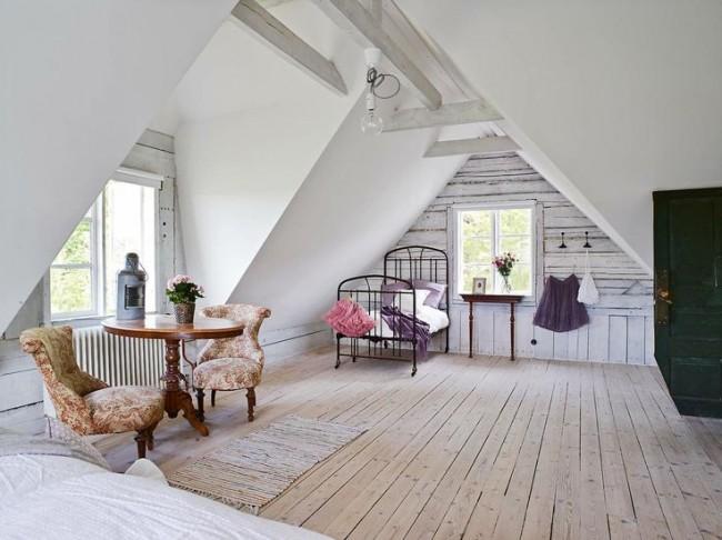 Мансардный этаж. Деревенский шик мансарде можно придать с помощью состаренной древесины в отделке стен, кованой мебели и уютного текстиля с цветочными узорами