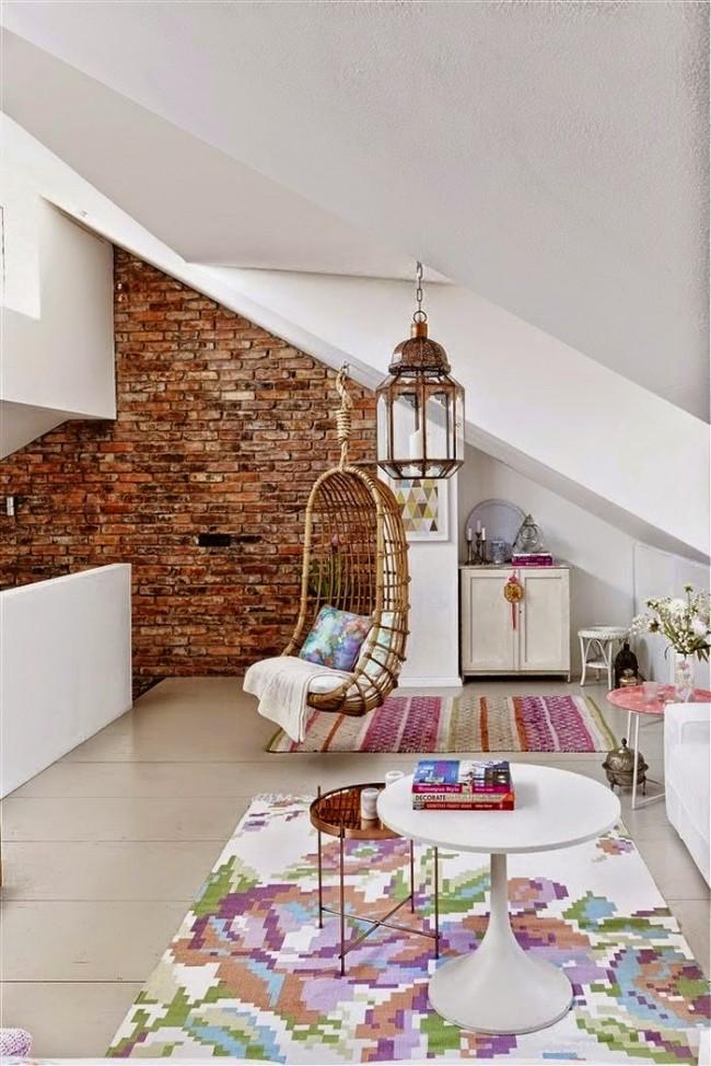 Мансардный этаж. Скошенные стены можно выгодно подчеркнуть подвесными аксессуарами (свет, мебель и другое)