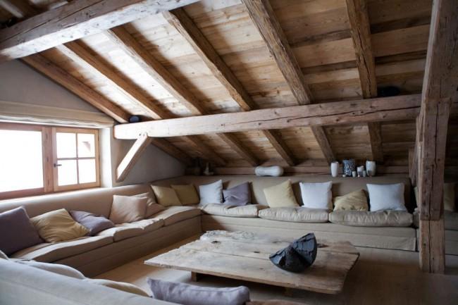 Мансардный этаж. Чердачное помещение, где центральным предметом интерьера является большой диван с множеством мягких подушек, станет лучшим местом в доме для досуга с друзьями