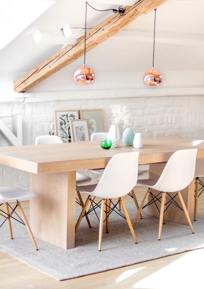 Мансардный этаж. Белая краска на стенах, некрашеное грубое дерево, яркие аксессуары: мансардная столовая в скандинавском стиле