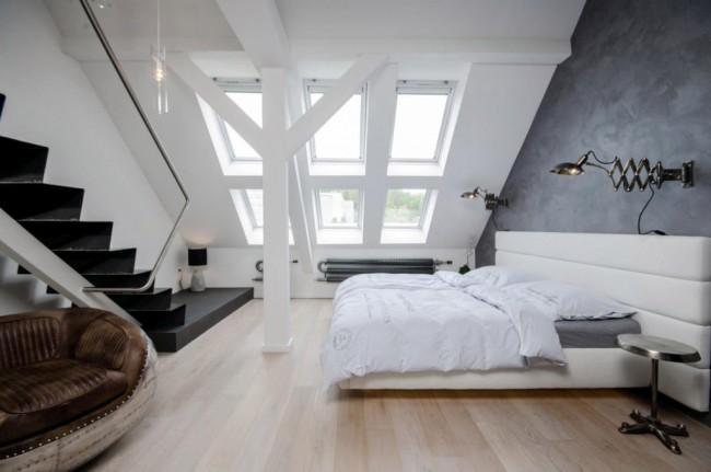 Мансардный этаж. Контрастное сочетание стен, выкрашенных в белый цвет и покрытых декоративной штукатуркой темного цвета