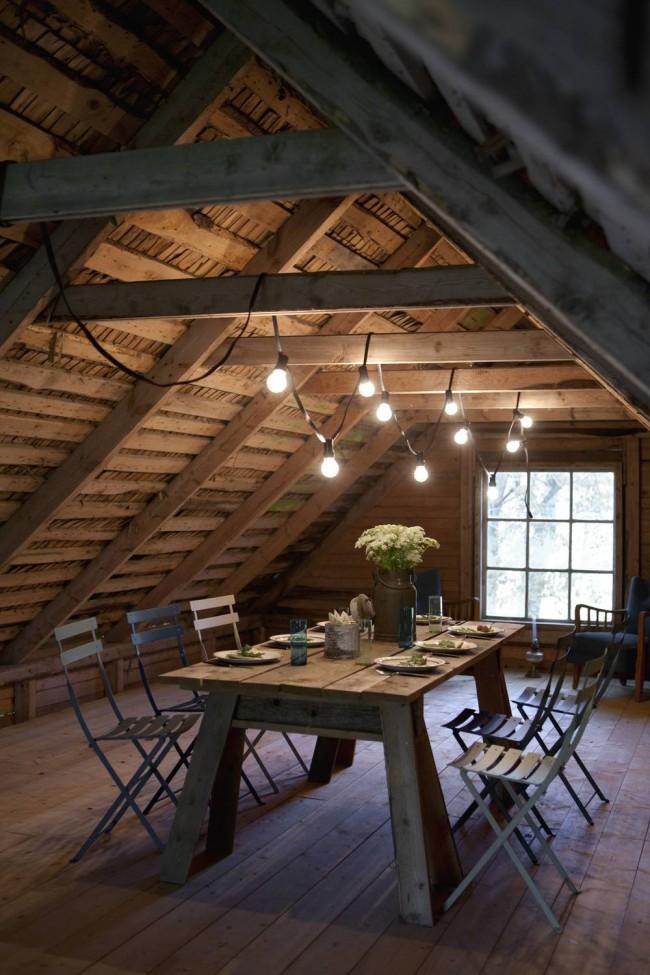 Мансардный этаж. Уютная простая столовая в деревенском стиле