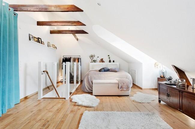 Свежий вид гостевой комнаты с окнами-дормерами