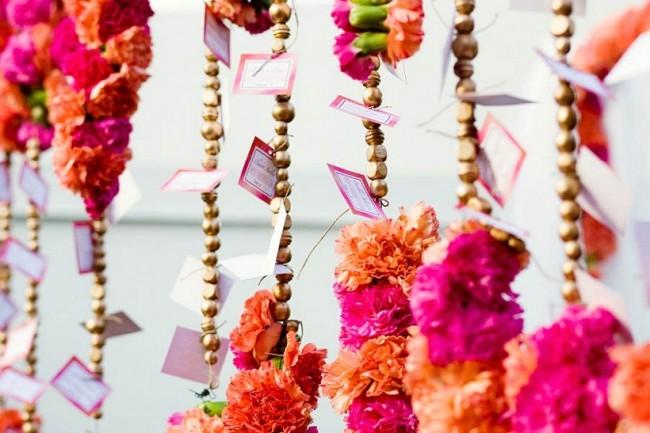 Оформление зала на свадьбу: именные карточки, где указан номер столика для каждого приглашенного, могут быть частью декора