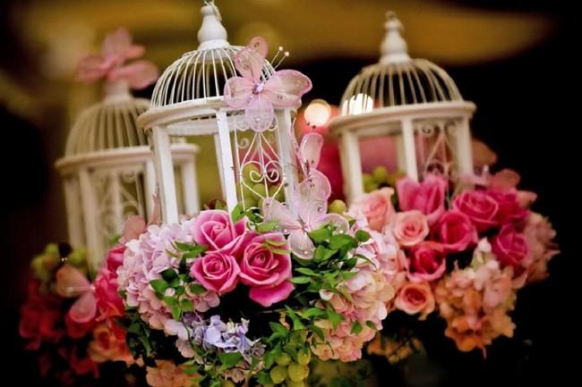 Оформление зала на свадьбу: Для весеннего декора свадебного зала очень подходят зеленый и розовый цвета, а также разные аксессуары на тему живой природы: бабочки, цветы, букеты со множеством еще нераспустившихся бутонов, состаренные декоративные клетки
