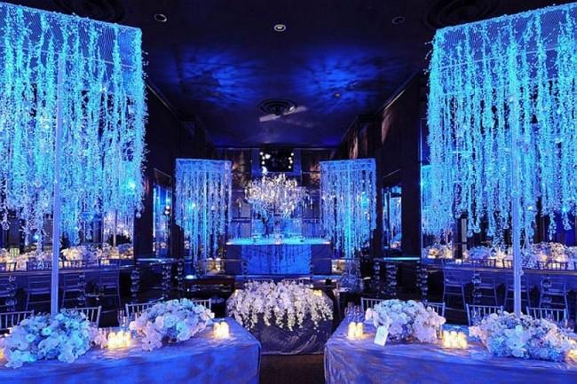 Оформление зала на свадьбу: В зимней тематике свадьбы многое зависит от освещения. Оно должно быть холодным, если в декоре преобладает тема льда и снега, и может быть теплым, если в декоре есть мотивы рождественских семейных празднеств