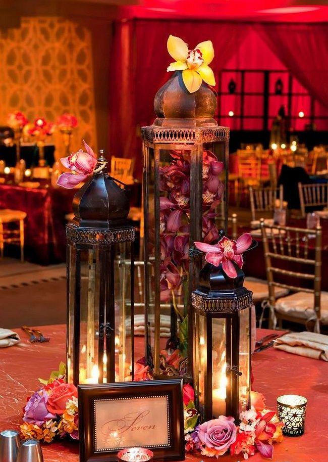 Марокканская тематика: яркий цветной декор зала на свадьбу в этническом стиле с помощью свечей, фонариков и орхидей