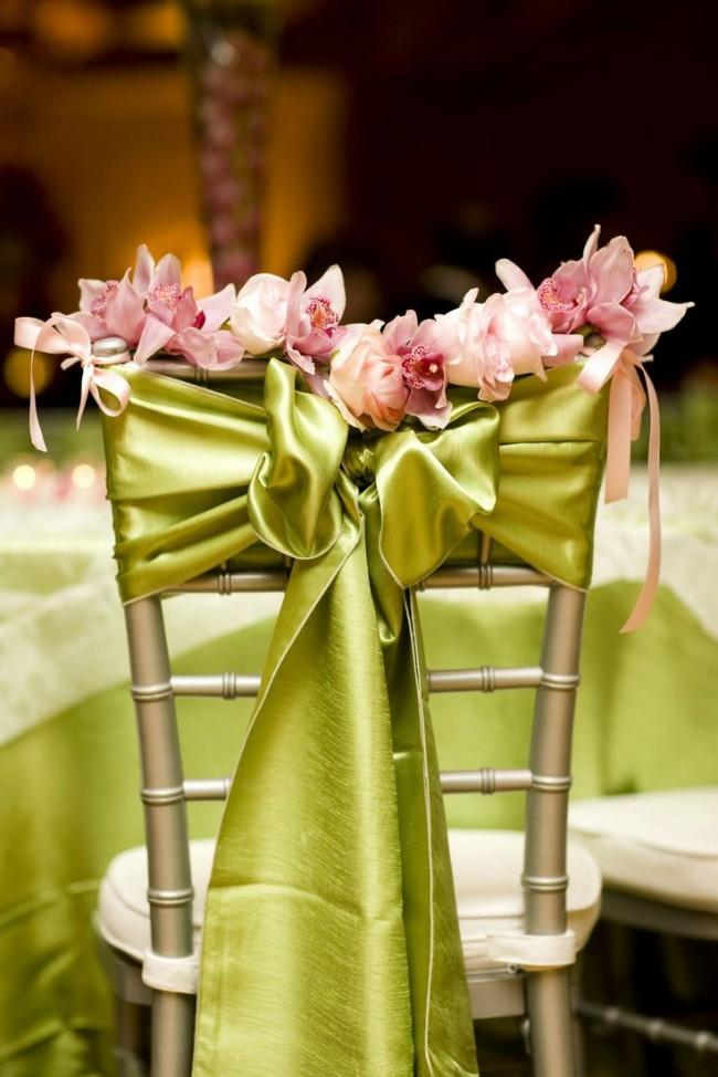 Оформление зала на свадьбу. Драпировка и банты из зеленой атласной ткани и цветы для создания весенней атмосферы праздника