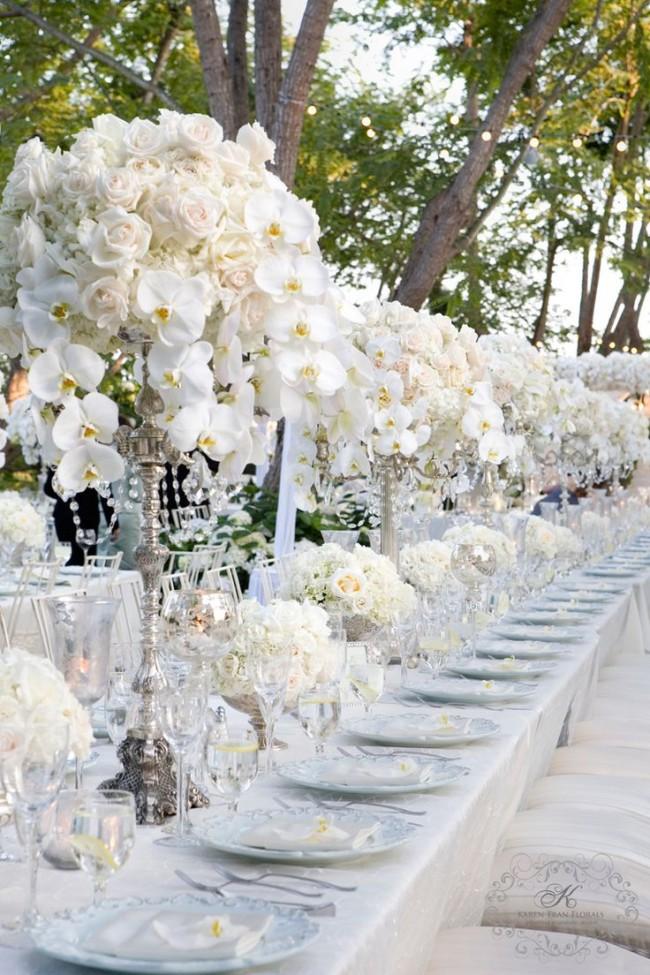 Оформление зала на свадьбу: Декор в белом цвете: белые розы и орхидеи