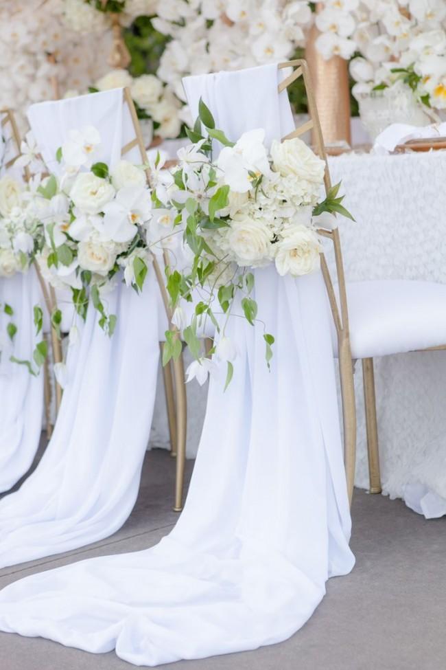 Оформление зала на свадьбу. Накидки на стулья из легкой летящей белой ткани, дополненной белыми розами