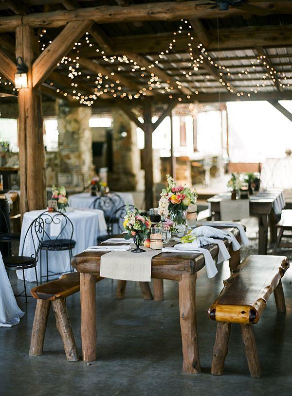 Оформление зала на свадьбу. Прованская свадьба: деревянные столы, кованые стулья, простой и милый декор