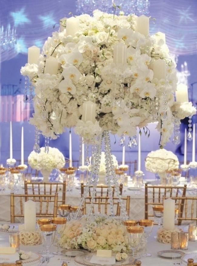 Оформление зала на свадьбу. Красиво выделенный самой крупной и высокой композицией из белых цветов стол новобрачных
