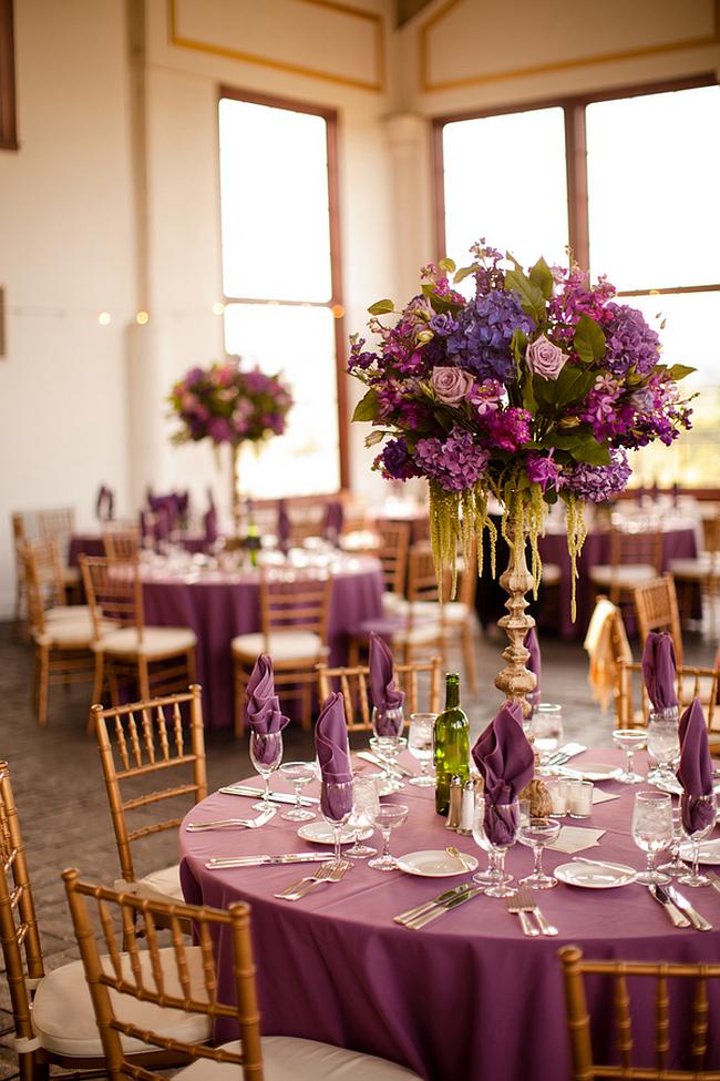 Оформление зала на свадьбу. Золото и сиреневый цвет в декоре на фоне нейтральных стен зала