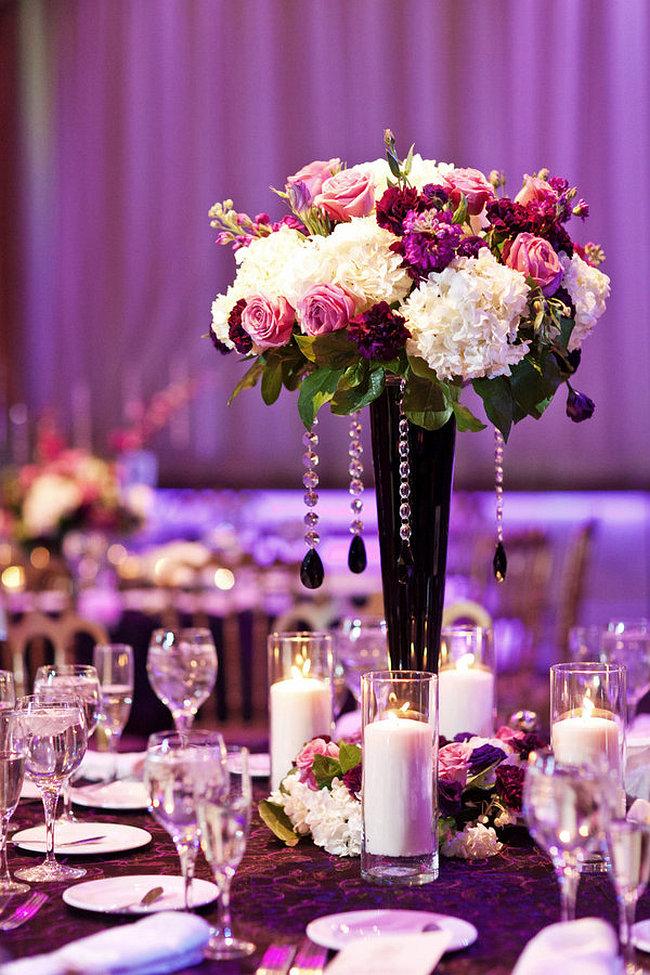 Оформление зала на свадьбу. Вазы для цветов должны быть либо не выше 25 см, либо очень высокими, тогда они не будут мешать гостям по обе стороны стола