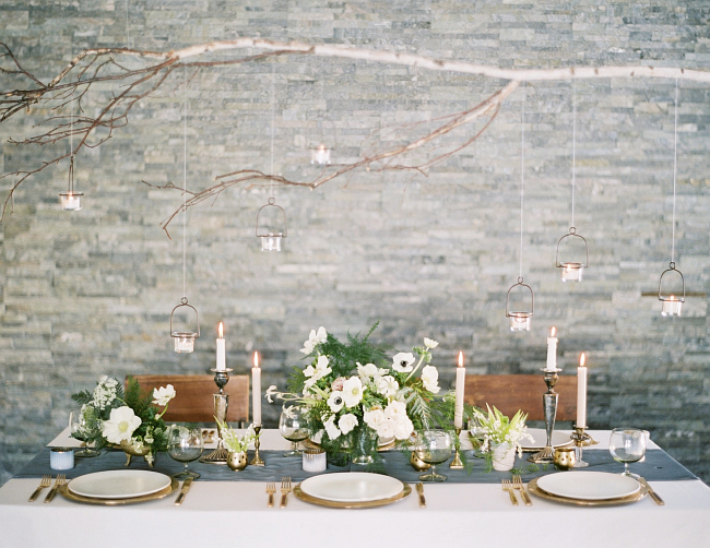 Оформление зала на свадьбу. Зимняя сказка: сухие ветви, подвесные фонарики, свечи и бронза