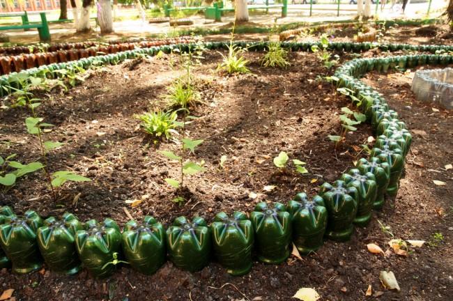 Ограждение для клумб своими руками. Из пластиковых бутылок, вкопанных в землю, можно создавать садовые бордюры любой длины