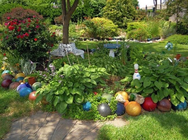 Ограждение для клумб своими руками. В качестве садового украшения отлично будут смотреться разноцветные шары для боулинга