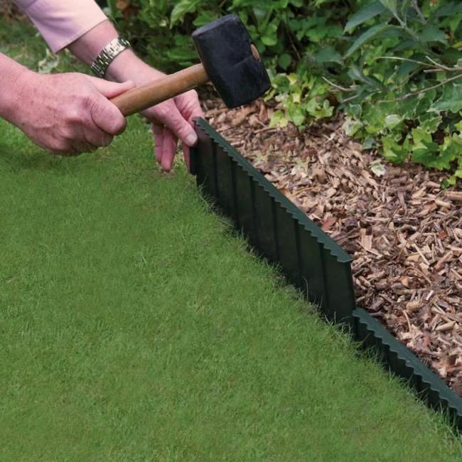 Ограждение для клумб своими руками. Специальную садовую металлическую ограду, предупреждающую разрастание корней растений, следует вбить в землю на указанную в инструкции глубину, и вы получите идеально ровные границы газона или клумбы