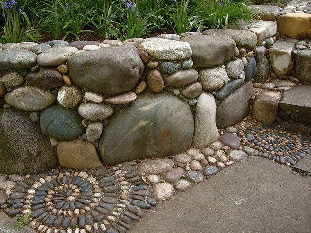 Ограждение для клумб своими руками. Сложную работу по созданию высоких оград для клумб из камня можно продолжить мозаикой в той же тематике на садовой дорожке