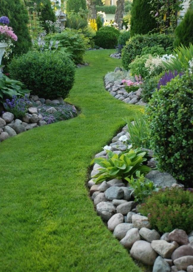 """Ограждение для клумб своими руками. Садовый бордюр может также выполнять и дренирующую функцию (так называемый """"сухой ручей"""")"""