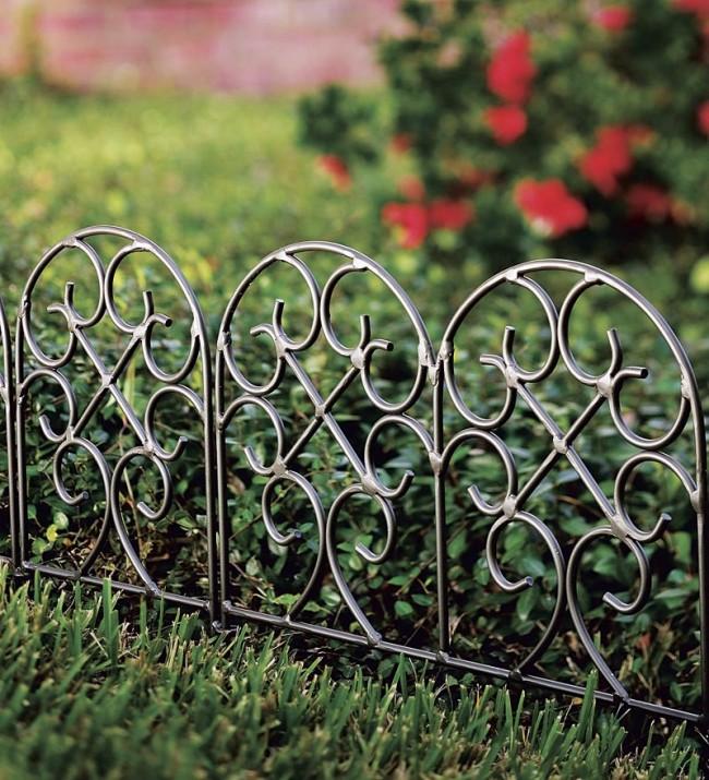 Ограждение для клумб своими руками. Легкие низкие ажурные кованые заборчики украсят практически любой сад. Для клумб с высокими цветами можно подобрать подходящую высоту такого заборчика, и он обеспечит хороший обзор цветов
